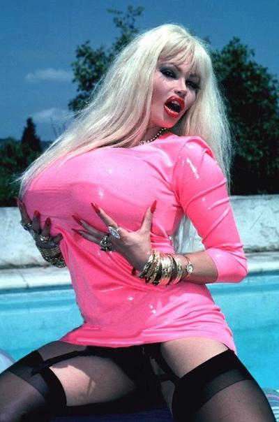 А это Лоло Феррари, порнозвезда, сделала 22 операции на дыньках.