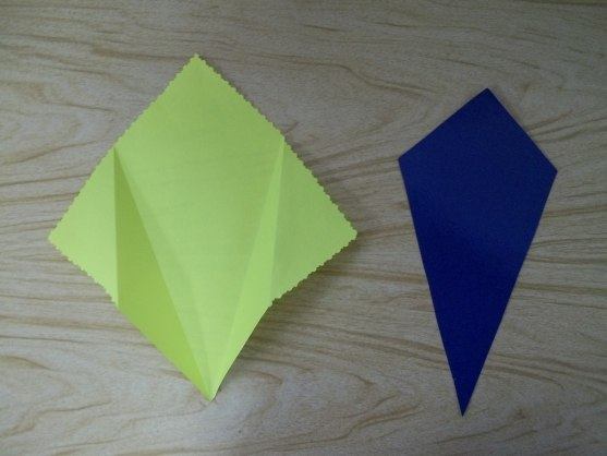 Подарок на 8 Марта. МАТЕРИАЛ: цветная бумага, цветной картон, гофрированная бумага, клей, ножницы, зубочистки, тесьма. ХОД РАБОТЫ: 1. Из цветной бумаги вырезаем квадрат. Это будет конверт для