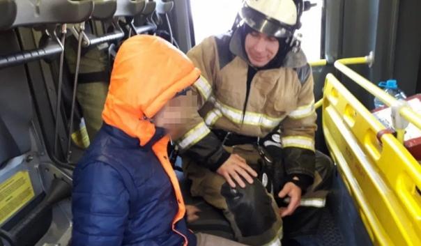 В Ростове пожарные приехали в гости к незрячему мальчику, который от одиночества звонил в экстренные службы, чтобы пожелать сотрудникам хорошего дня 12-летний Максим инвалид по зрению. У него