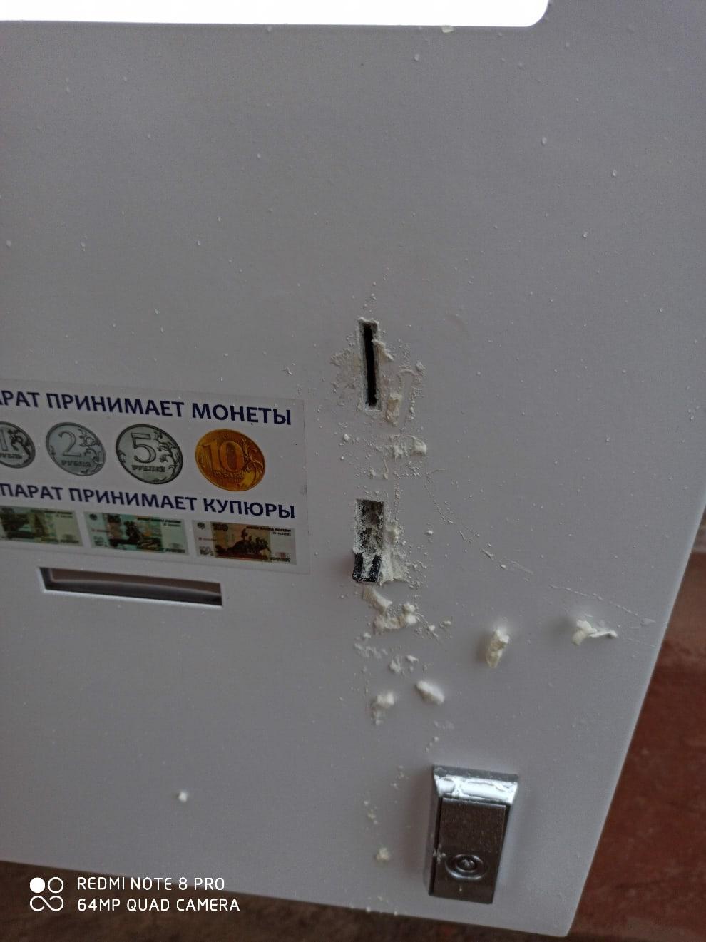 В Смоленске вандал залил монтажной пеной автомат по розливу воды