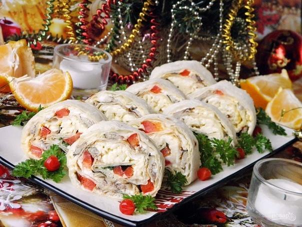 Подборка 10 закусок на Новогодний стол 1. Рулет из лаваша. Ингредиенты: Лаваш тонкий 2 Штуки Шпроты в масле 180 Грамм Яйцо вареное 2 Штуки Болгарский перец 0,5-1 Штуки (зависит от размера)