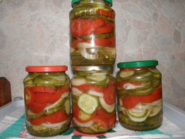 ЗАКУСКА ПОЛЯНСКАЯ Огурцы, лук, помидоры нарезать кольцами и уложить слоями.Залить горячим маринадом.Маринад: вода 2 литра, 3 ст.л. соли без верха, 0,5 стак. сахара, 0,5 стак.уксуса 9%,