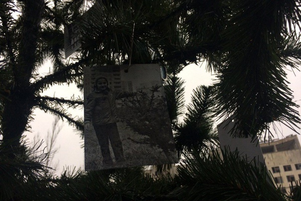 Новогоднее настроение дошло и до Припяти... Впервые после взрыва на Чернобыльской АЭС в городе установили новогоднюю елку. Бывшие жители приехали на родину и украсили елку игрушками и своими