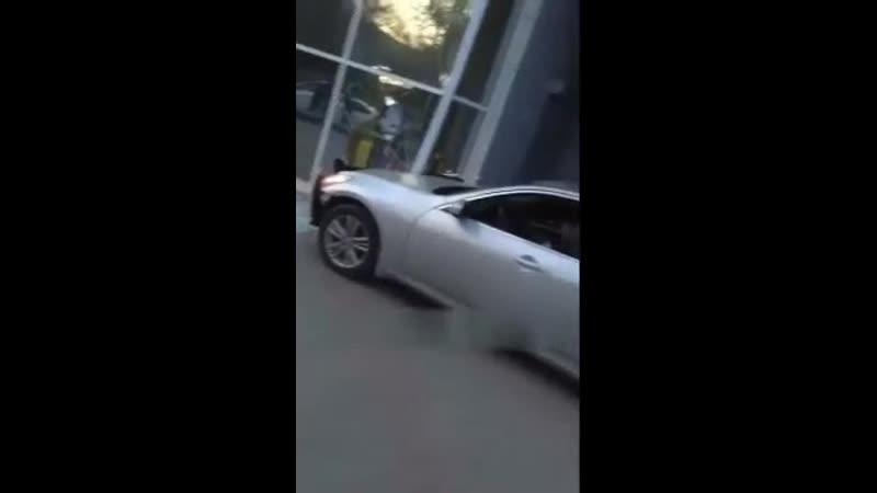 В Белгороде пьяный водитель въехал в ТЦ Славянский