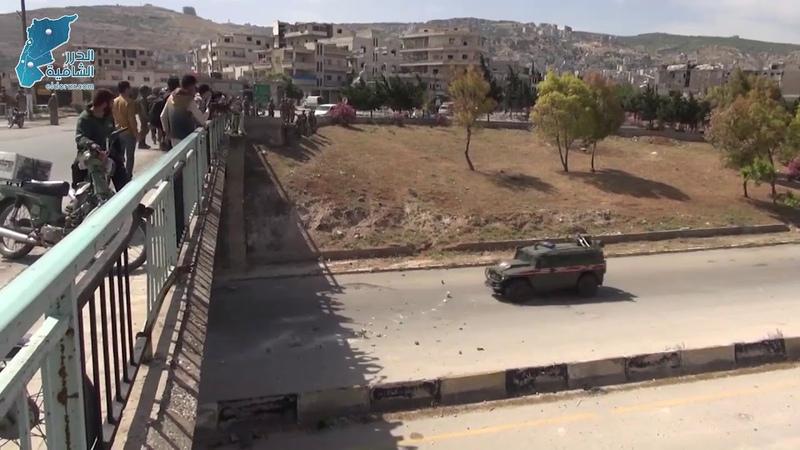 لحظة رشق دوريات الاحتلال الروسي بالحجارة أثناء مرورها بالقرب من مدينة أريحا بريف إدلب