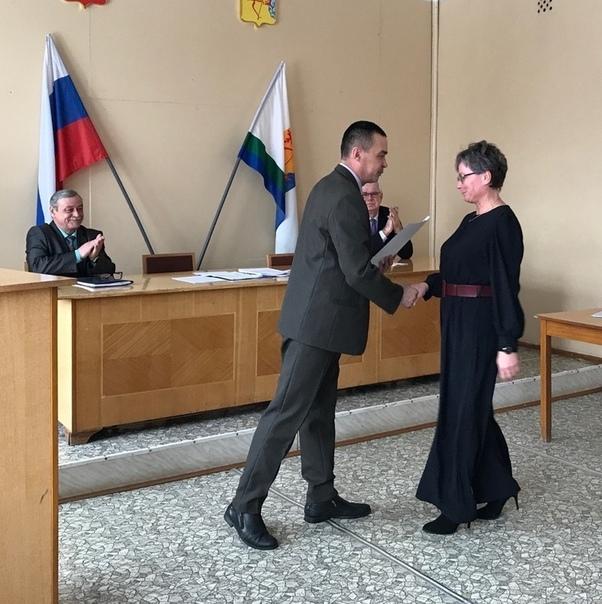 В.Орлов вручает Почётную грамоту Кикнурской райдумы Т.Русиновой.