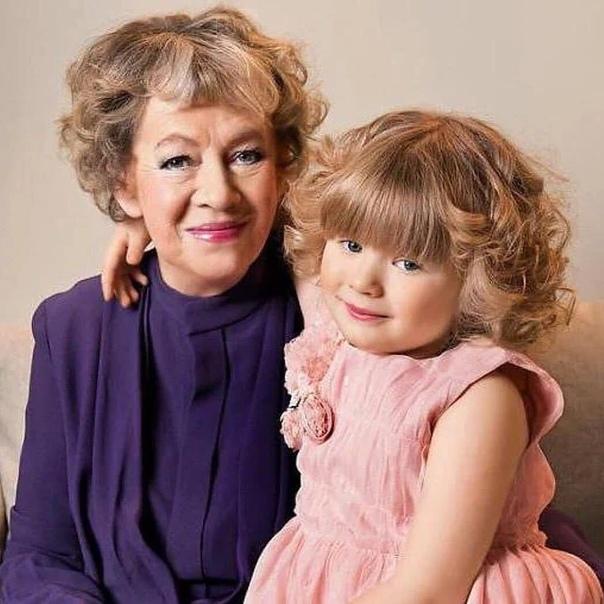 А знаете ли вы, что Александра Назарова одна воспитывает внучку