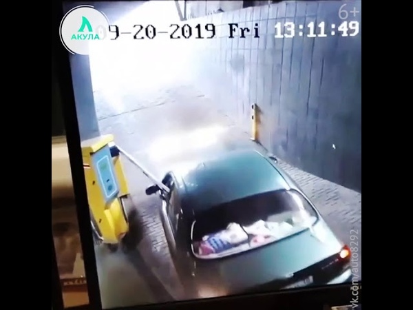 В Симферополе водитель разбил окна своей машины о шлагбаум | АКУЛА