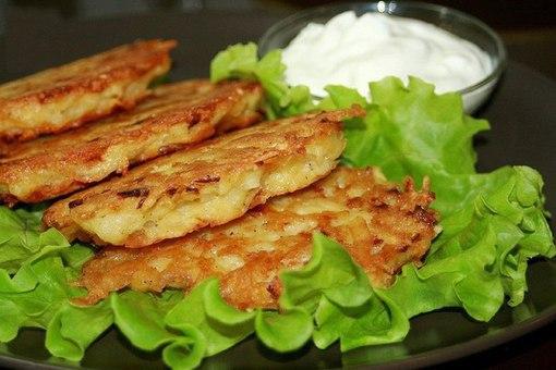 Дранники с сыром Ингредиенты:- 7-10 средних картофелин- 1-2 средних луковицы- 1-2 яйца- 50-100гр. сыра типа Ламбер(можно любой)- 2-3 зубчика чеснока- соль, перец- 2-3 ст.л. муки- раст. масло для