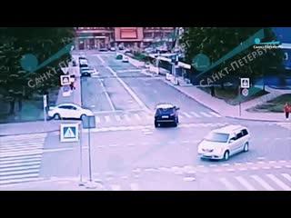 Иномарка протаранила двух пешеходов на Васильевском острове