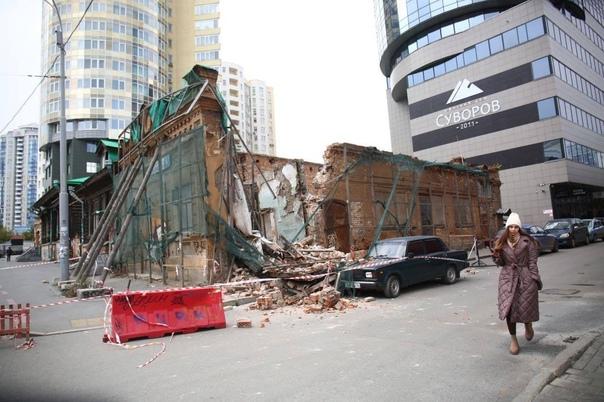 В центре Екатеринбурга обрушилась стена старинного...