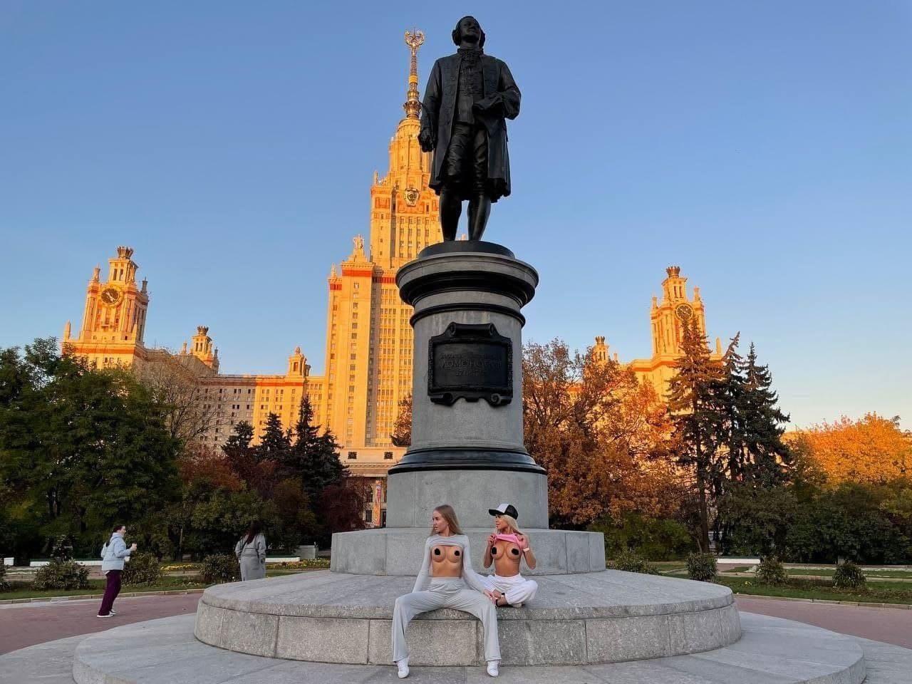Девушки устроили фотосессию на фоне памятника Ломоносову возле главного корпуса МГУ.
