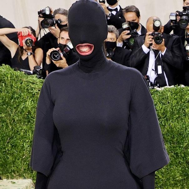 pov: Ким решила улыбнуться папарацци на «Met Gala ...