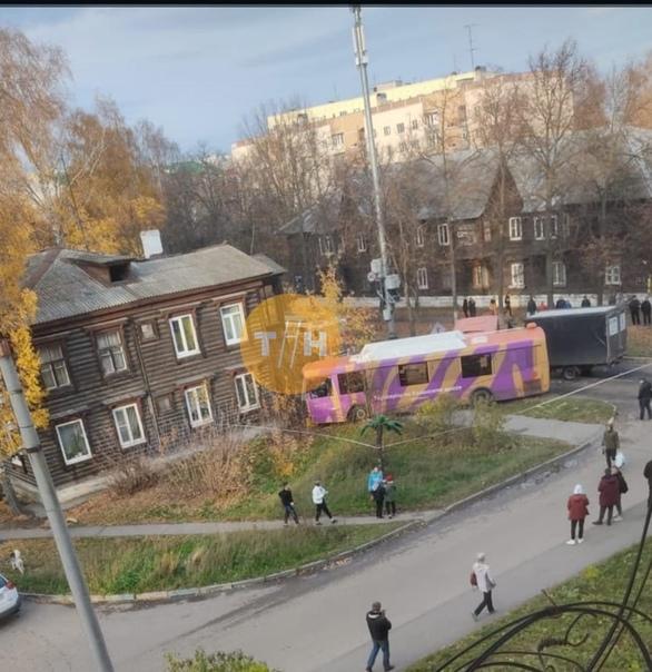 На Мирошникова, 5 автобус едва не врезался в жилой...
