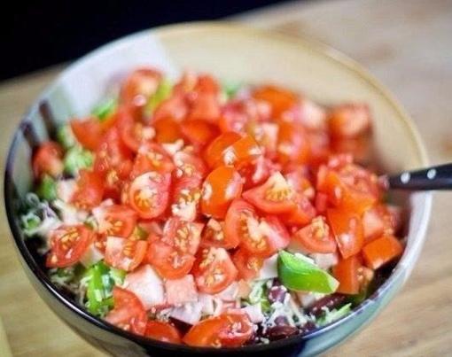 Салат с крабовыми палочками и фасолью .