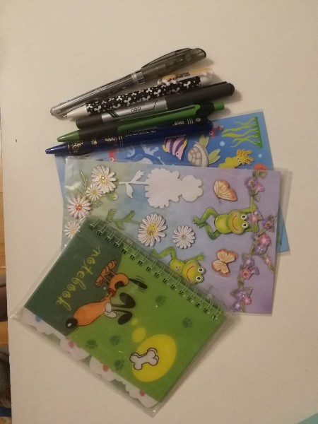 Отдам даром канцелярию (тетрадки, ручки, блокнот с...