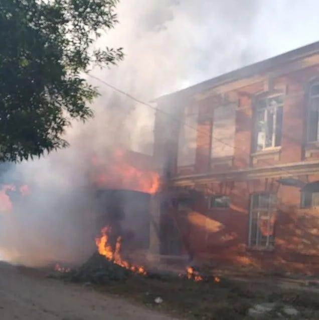 В Петровске на улице Володарского сгорел самодельный автоприцеп