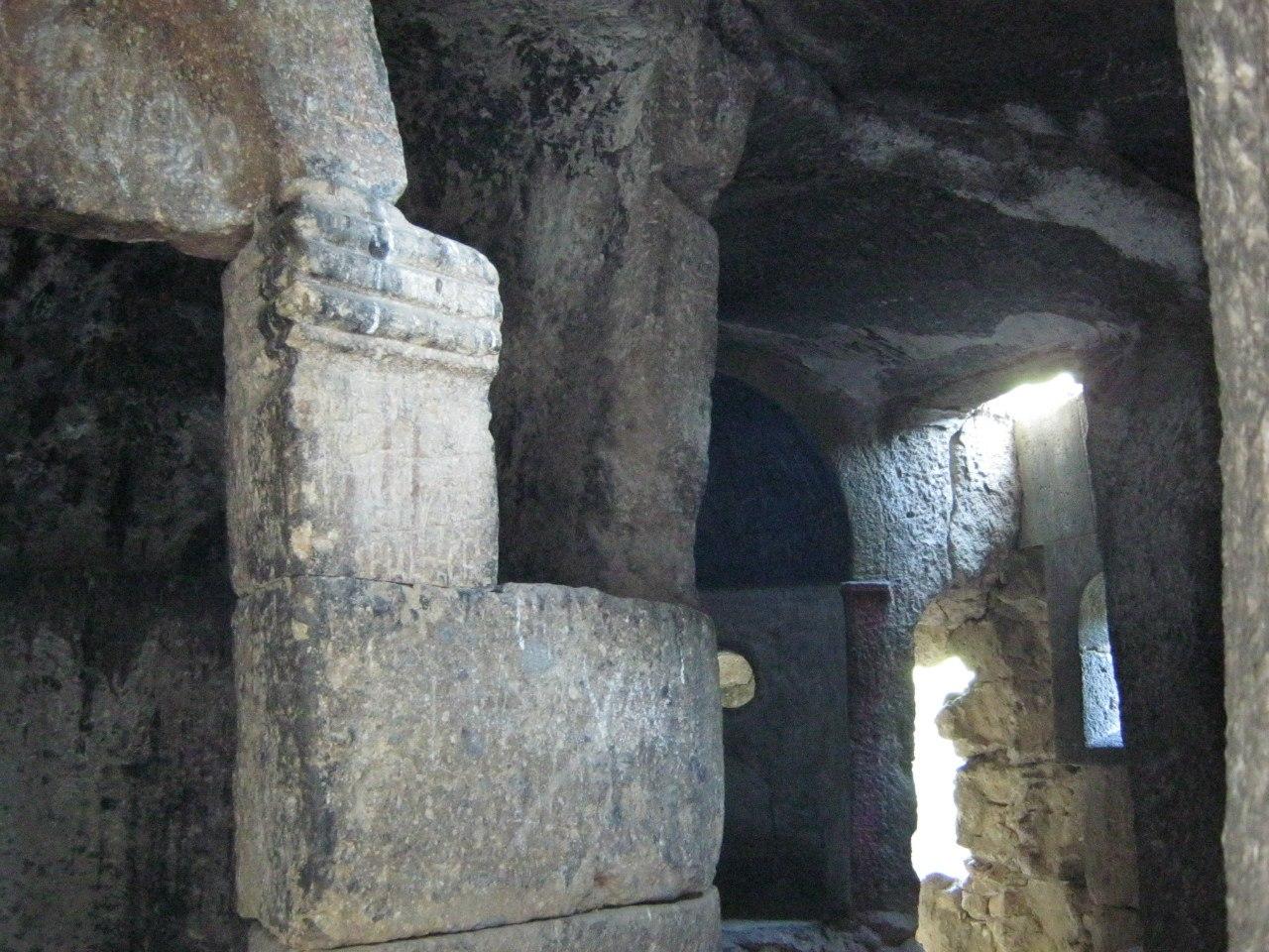 Пещера (монастыря Гегард) множество хачкаров