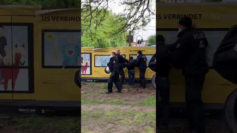 Die festgesetzte Person hatte vorher eine Antifa Fahne einer Gruppe Gegendemonstranten geklaut