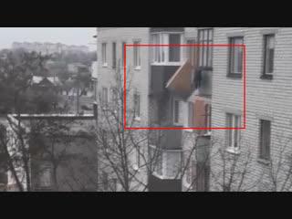 Когда не терпится начать все с чистого листа! В Бресте старый хлам выбрасывали прямо из окна 5-ого этажа