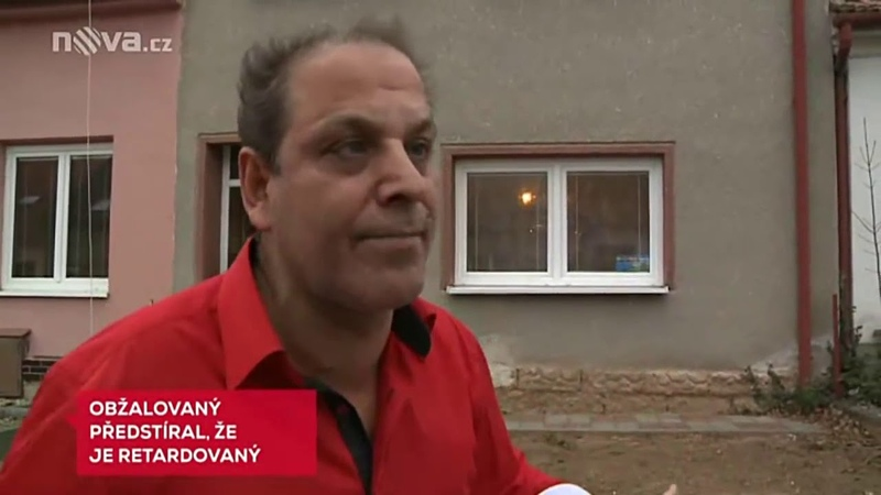 Romský občan dvacet let předstíral retardaci, jeho manželka vulgárně řvala u soudu