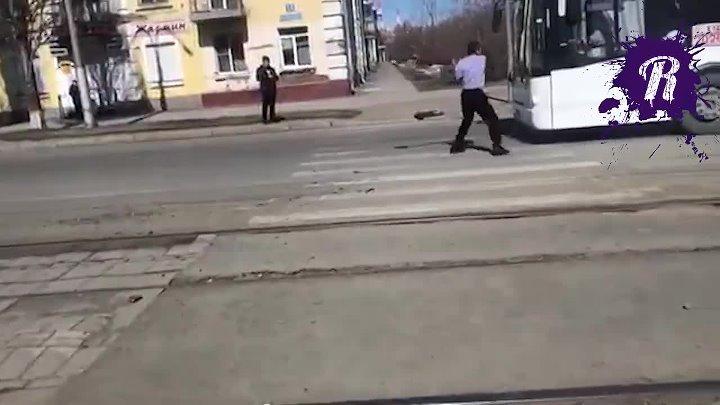 Мужик с лопатой куршит автобусы