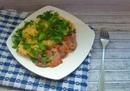 Овощи с мясом на сковороде в сырно-сметанном соусе