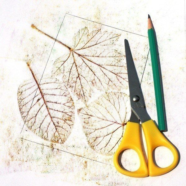 РИСУЕМ В ТЕХНИКЕ «ФРОТТАЖ» Думаю, в детстве каждый из нас хотя бы однажды срисовывал монетку, положив ее под лист бумаги и проявляя изображение карандашом. Давайте попробуем применить эту