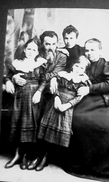 Таша строгая фото с семьей можно прочесть