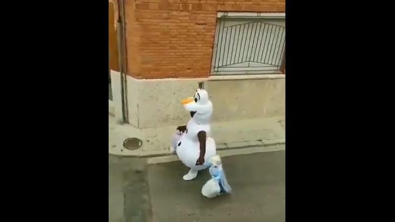 Чтобы развлечь скучающую во время карантина дочь они каждый день выносят мусор вместе в разных костюмах Kuku Video
